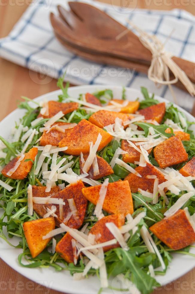 Rucola-Salat mit geröstetem Kürbis und Käse foto