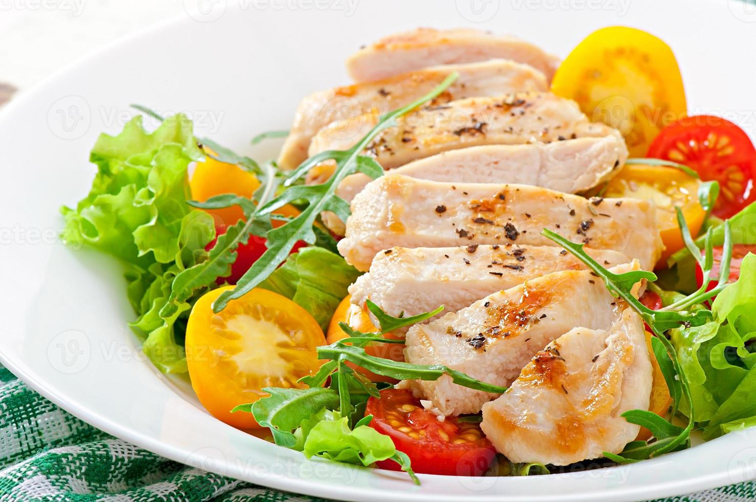 Gegrillte Hähnchenbrust und frischer Salat foto