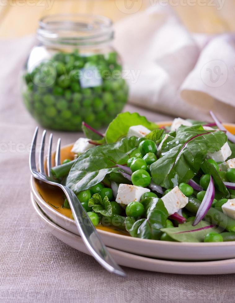 Salat mit Erbsen, Bohnen, roten Zwiebeln und Feta-Käse foto