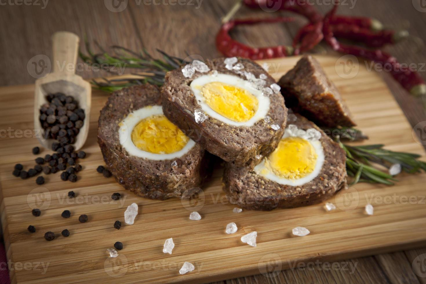gebackener Hackbraten mit gekochten Eiern für Ostern foto