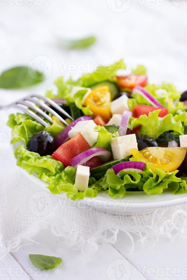 Griechischer Salat auf einer weißen Schüssel foto