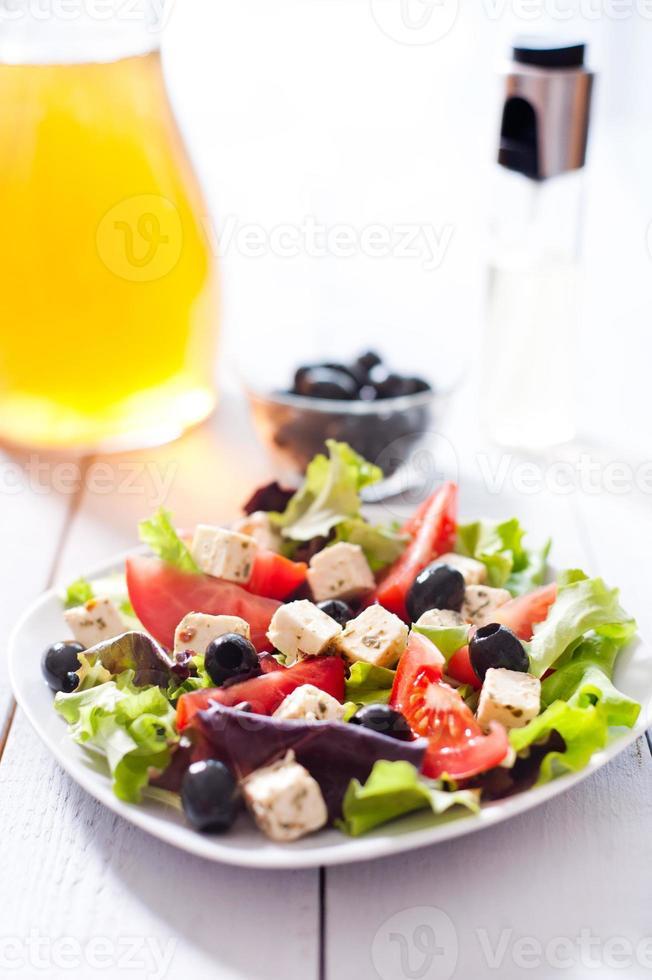 Diät und gesunder mediterraner Salat foto