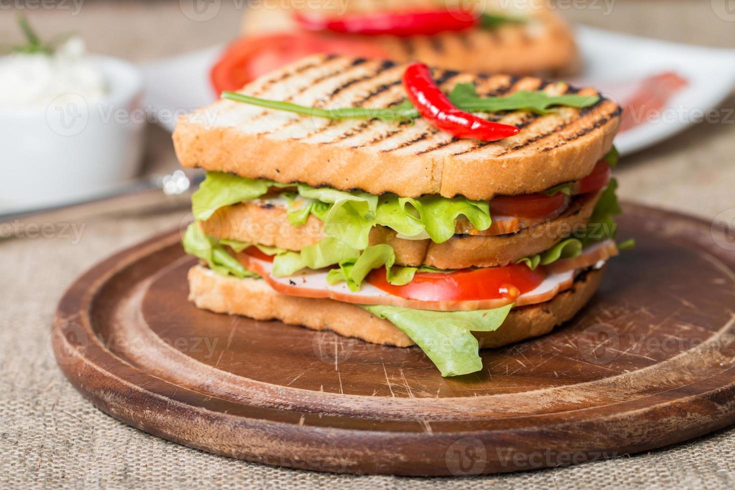 klassisches Club Sandwich mit Speck und Gemüse foto