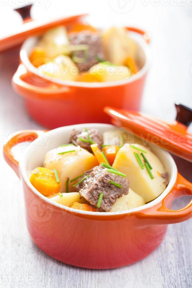 Rindfleischeintopf mit Kartoffeln und Karotten foto