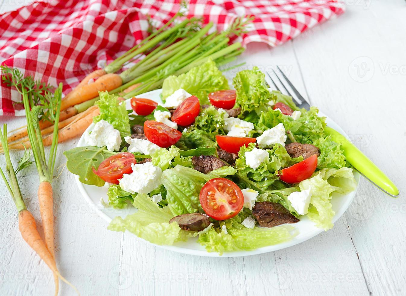 Salat mit Hühnerleber. Kirschtomaten und Feta-Käse foto
