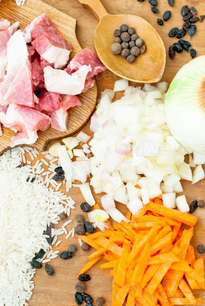 Schweinefleisch, Reis, Gewürze und Lorbeerblatt für Pilaw foto