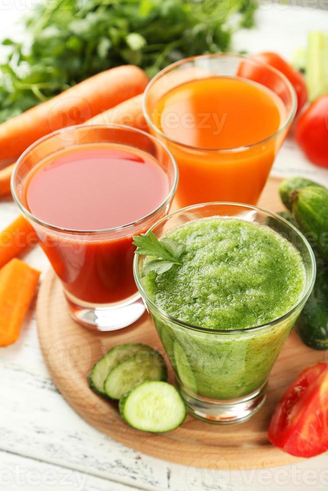frischer Tomaten-, Karotten- und Gurkensaft foto