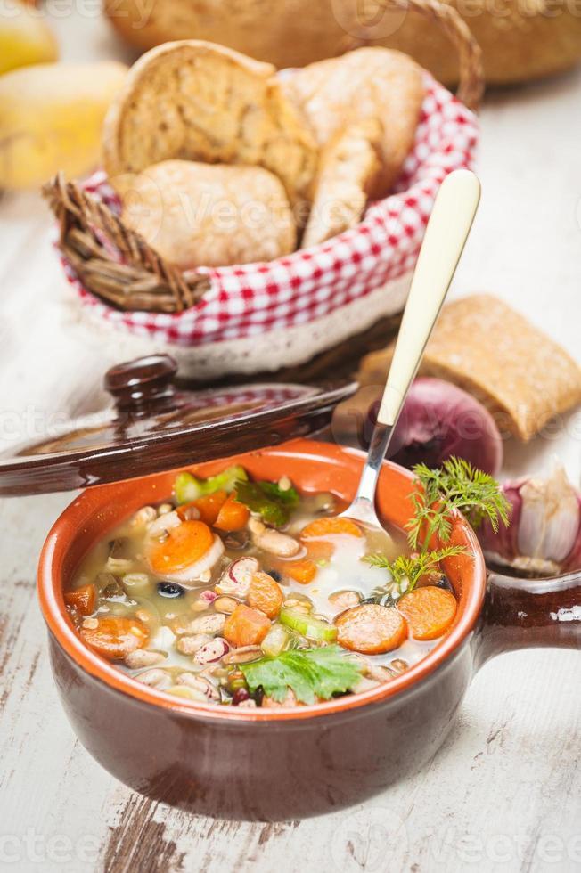 ländliche vegetarische Brühe Suppe mit buntem Gemüse und rustikal foto