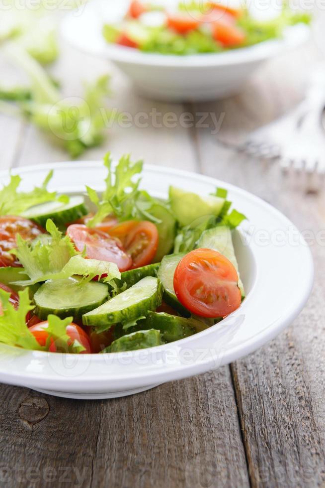 Gemüsesalat aus frischen Gurken, Salat und Kirschtomaten foto