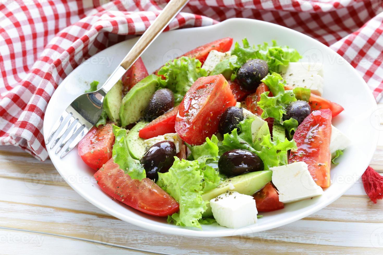 mediterraner Salat mit schwarzen Oliven, Salat, Käse und Tomaten foto