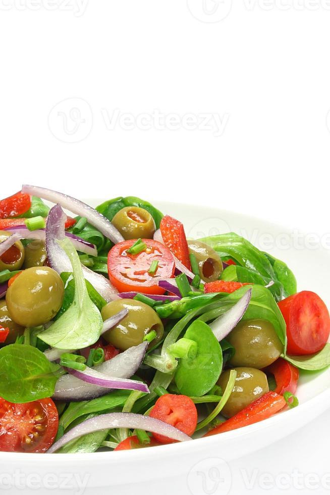Salat aus Lammsalat, Oliven, Paprika, Tomaten und Zwiebeln foto
