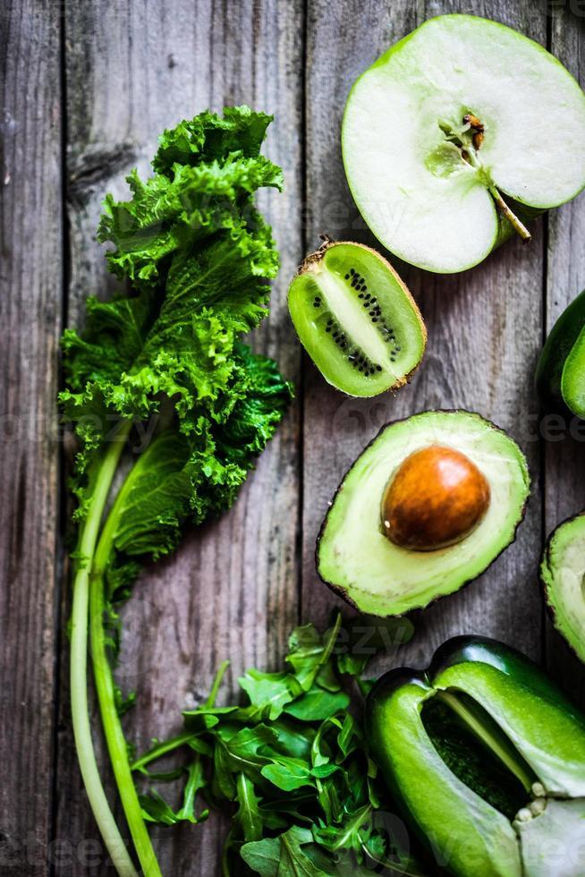 Mischung aus grünem Gemüse und Obst auf rustikalem Hintergrund foto