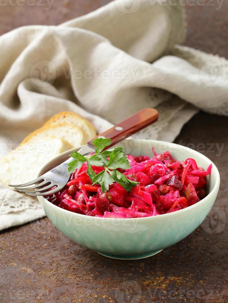 traditioneller russischer Salat aus Rote Beete und eingelegtem Kohl (Vinigret) foto