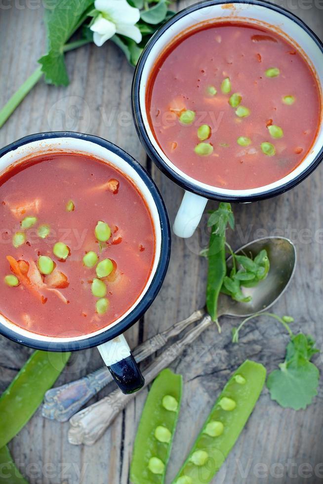 rustikale Suppe mit grünen Erbsen foto