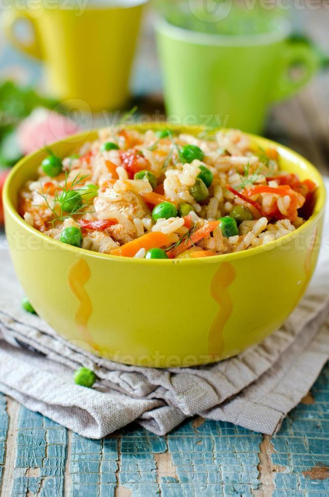 Pilaw mit Huhn und Gemüse foto
