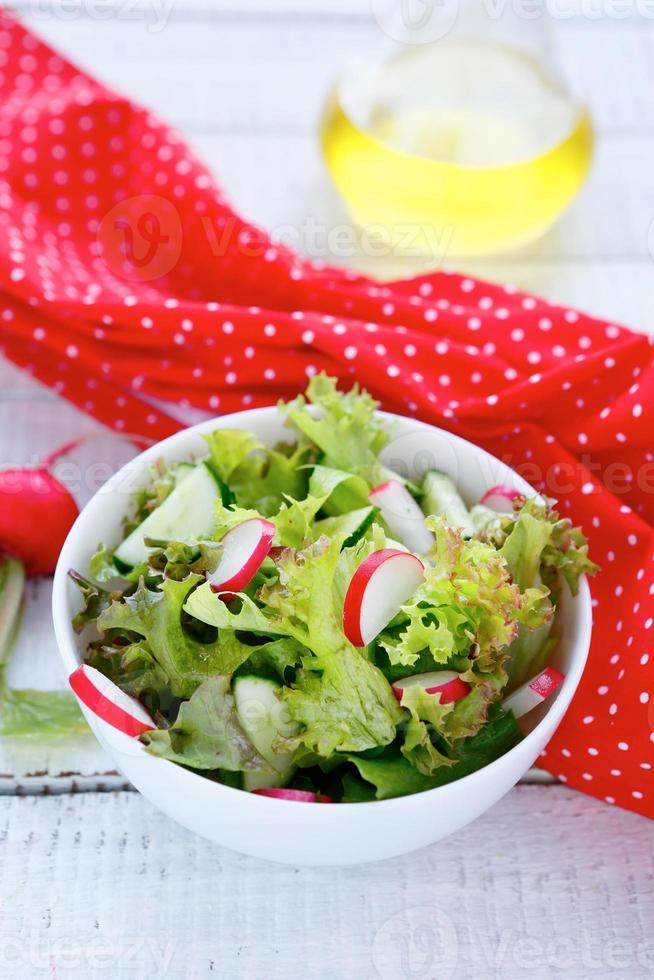 Salat mit Radieschen und Gurke in einer Schüssel foto