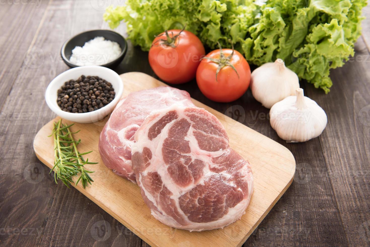 rohes frisches Fleisch und Gemüse auf hölzernem Hintergrund foto