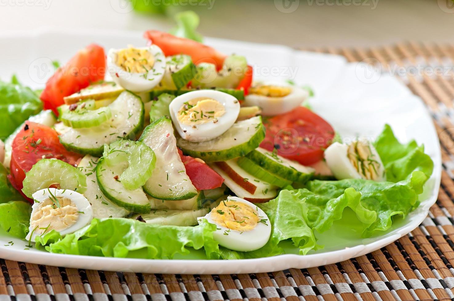 Salat aus Tomaten, Gurken und Wachteleiern foto