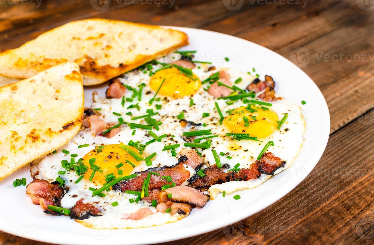 Speck, Eier und Schnittlauch mit knusprigem Toast foto