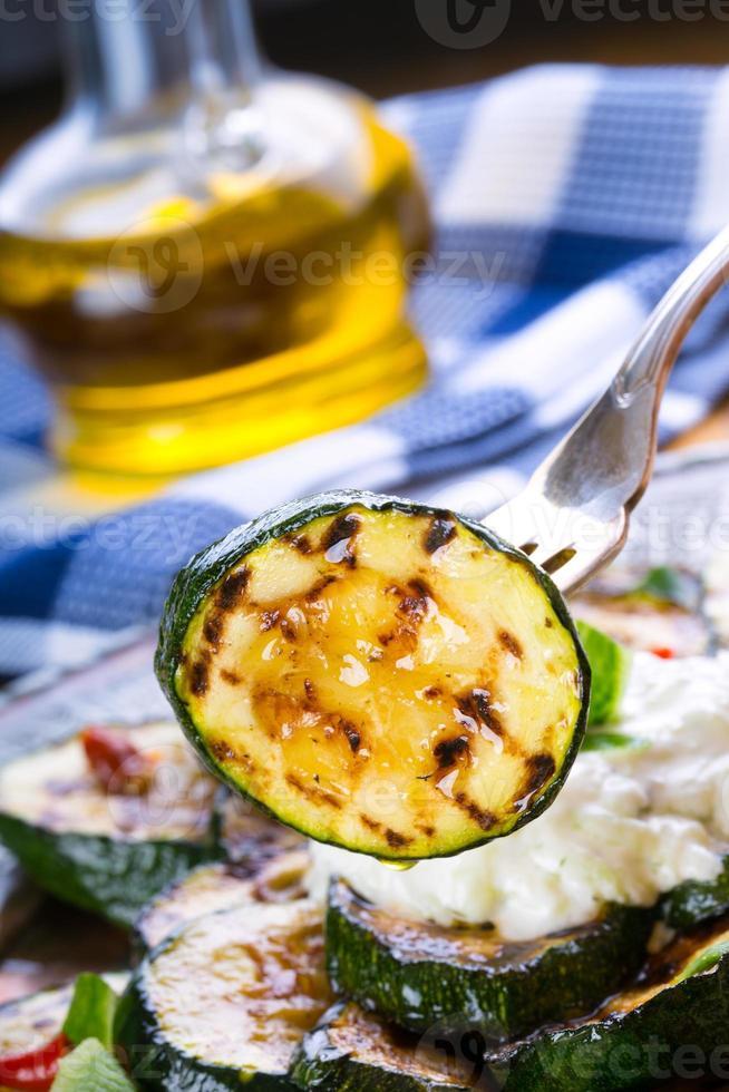 Zucchini. Gegrillte Zucchini. gegrillte Zucchinischeiben auf einem Teller. foto