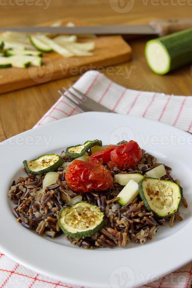 schwarzer Reis mit Zucchini, Tomaten und Paprika foto