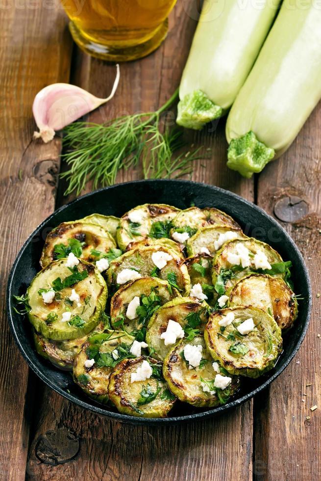 hausgemachte Zucchini Pommes in der Pfanne foto