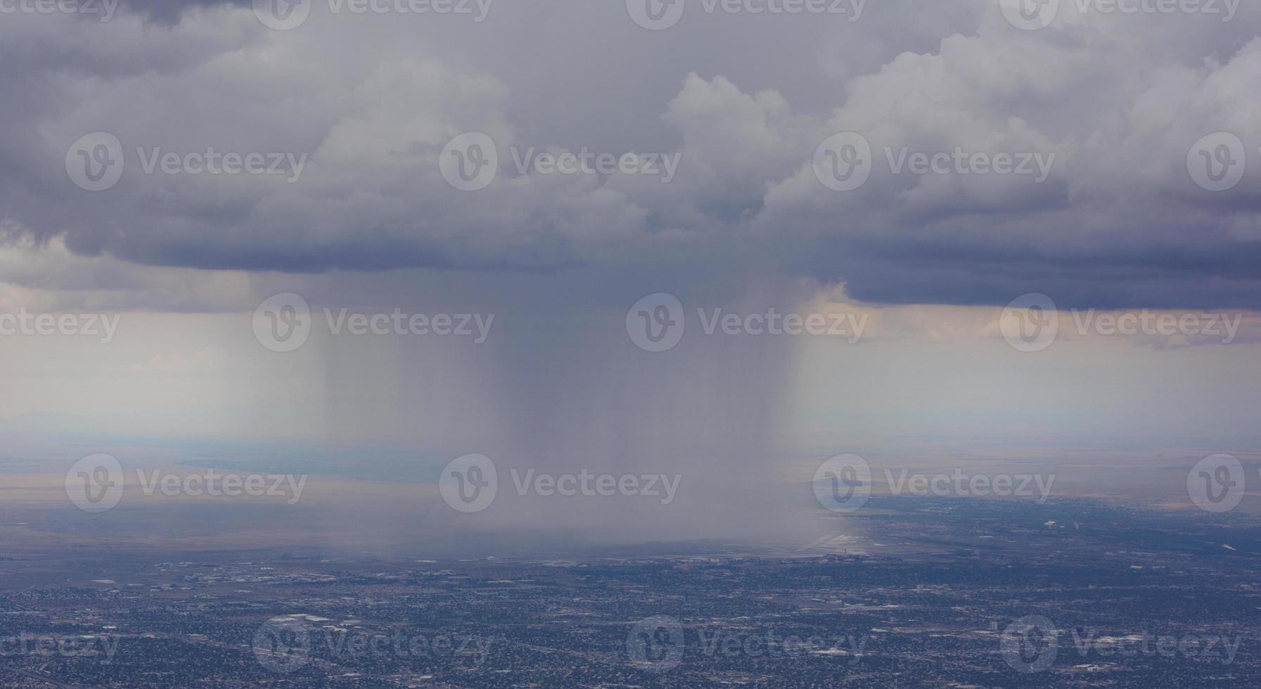 dramatischer Regensturm über albuquerque Flughafen foto