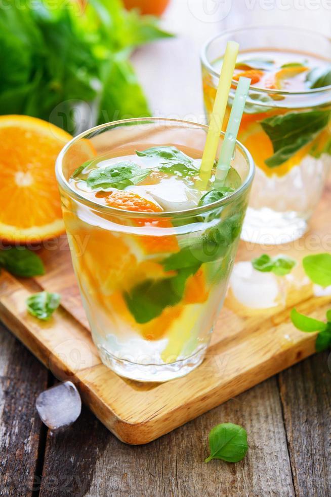 kaltes Orangensaftgetränk mit Basilikum foto