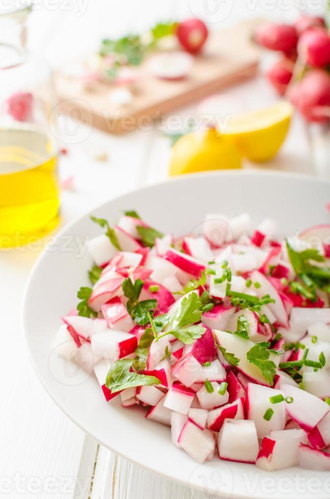 Radieschen Frühlingssalat mit Kräutern foto
