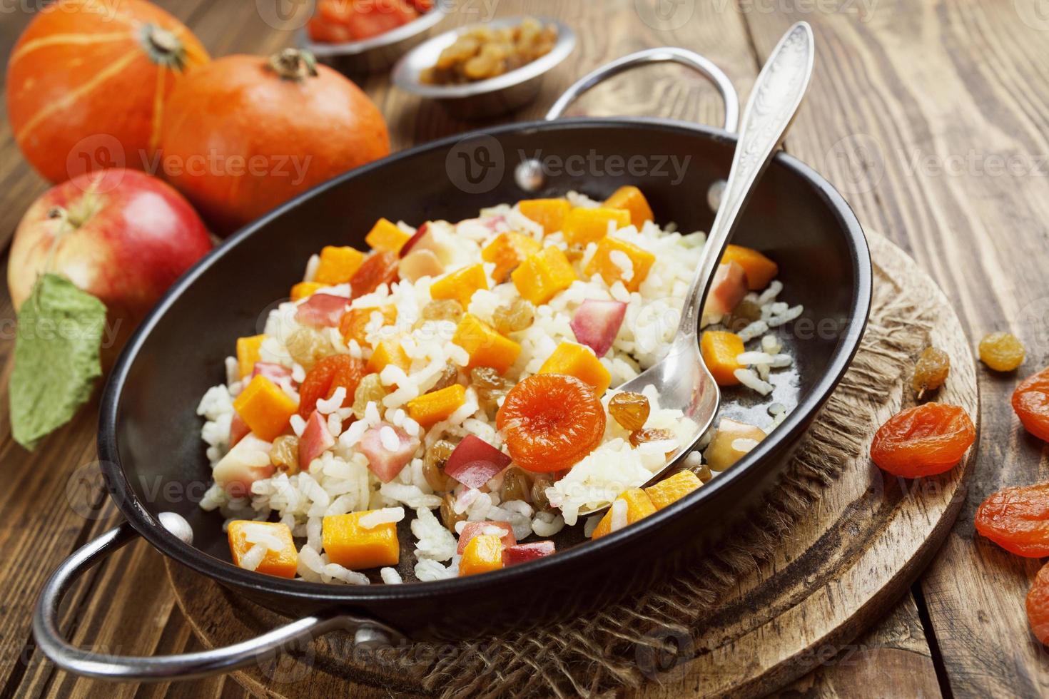 süßer Pilaw mit Kürbis, Äpfeln und Trockenfrüchten foto
