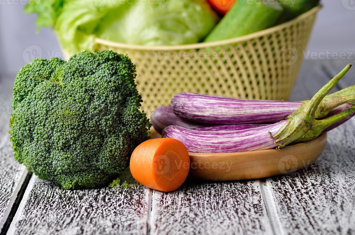 Gemüse lokalisiert auf einem hölzernen Hintergrund foto