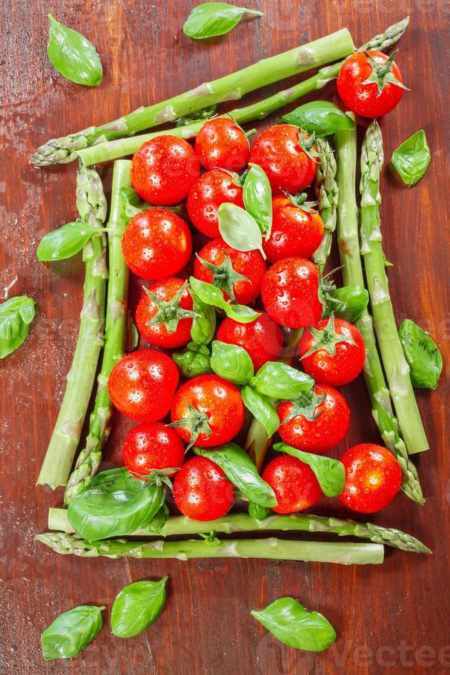 grüner Spargel und Kirschtomaten foto