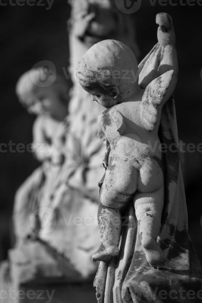Engelsstatue auf Grabstein foto