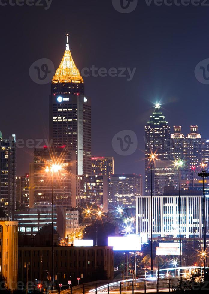 höchstes Gebäude in der Innenstadt von Atlanta in der Abenddämmerung foto