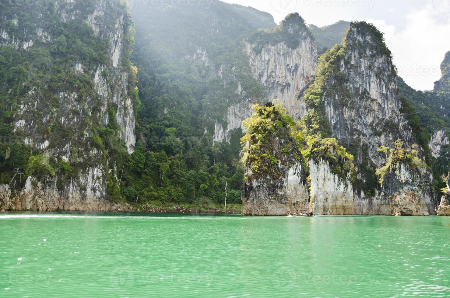 Wunderschönes Hochgebirge und grüner Fluss (Guilin von Thailand). foto