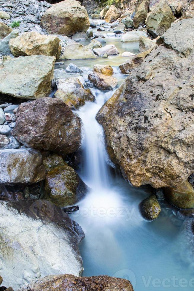 felsiger Bach, der zu einem kleinen Teich führt foto