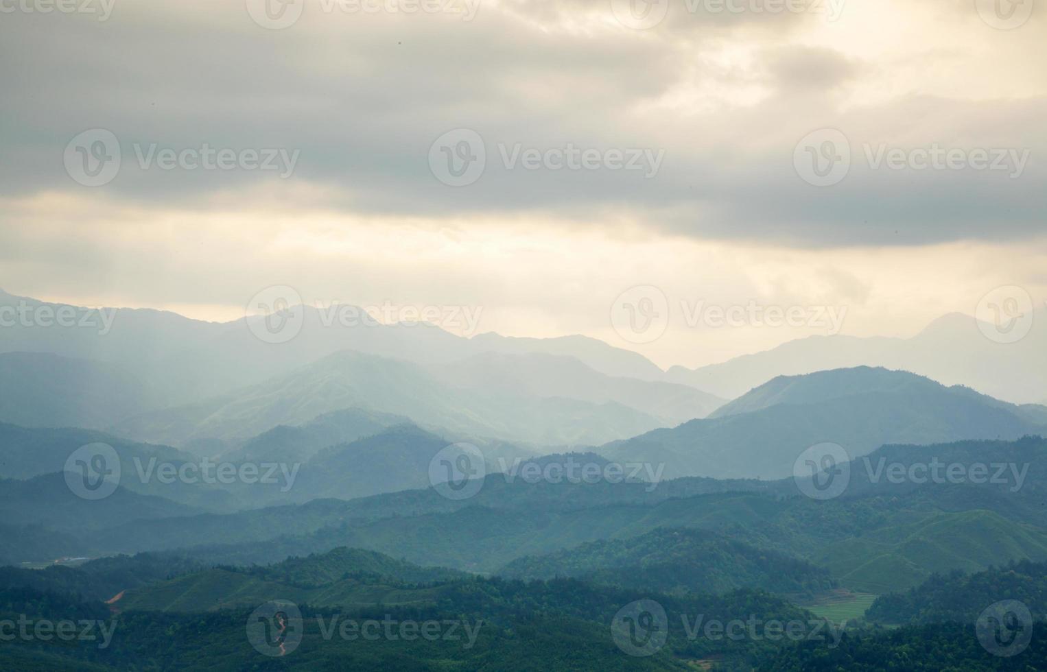 Berg unter Nebel am Morgen foto