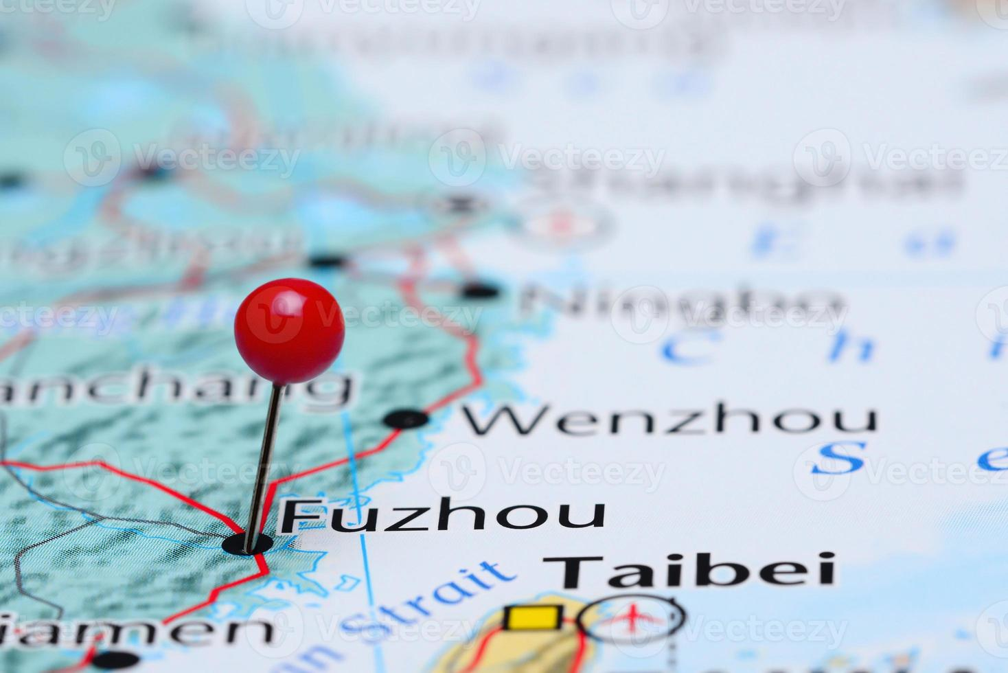 Fuzhou auf einer Karte von Asien festgesteckt foto
