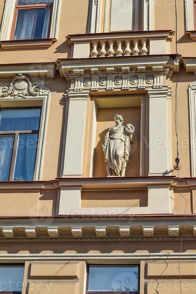 die Skulptur auf dem Haus am Ufer des Griboedov-Kanals foto