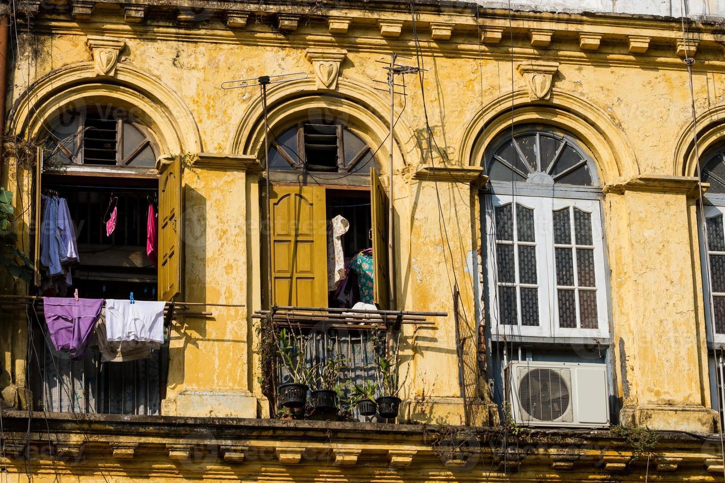 Fassade eines alten, heruntergekommenen Kolonialgebäudes in Yangon, Myanmar. foto