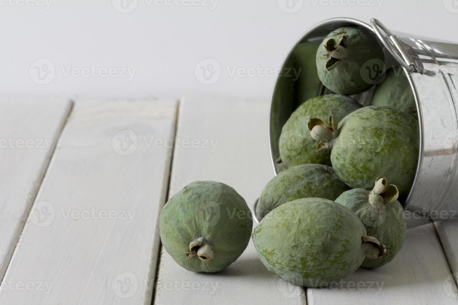 Feijoas in einem Eimer foto