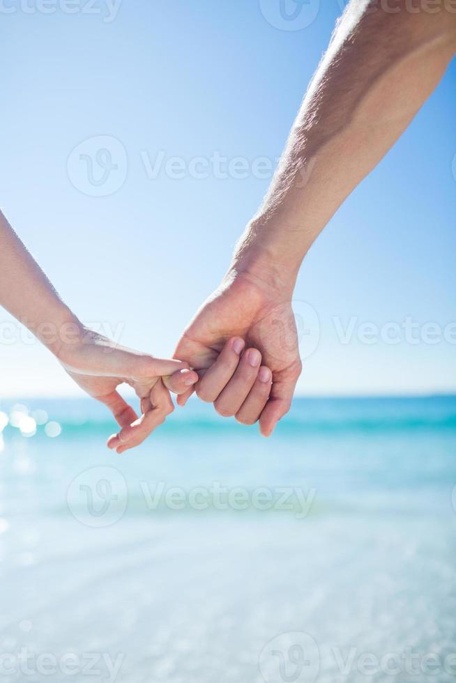 Paar gehen Händchen haltend foto