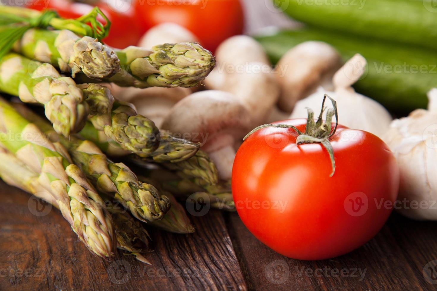 frisches Gemüse auf einem Holztisch foto