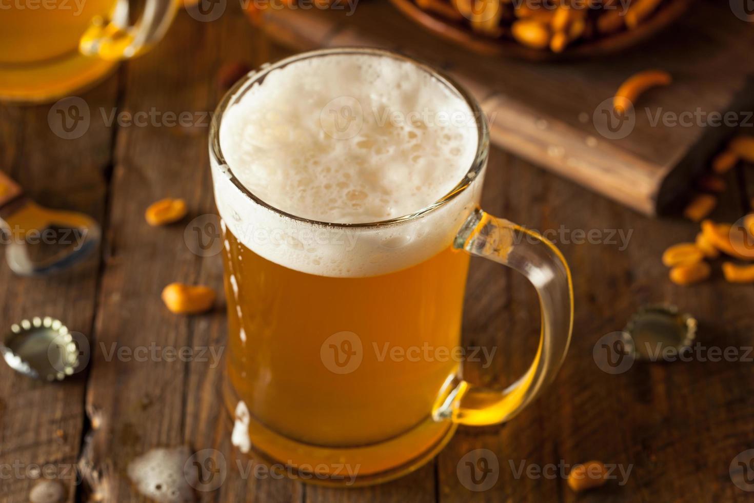 goldenes Bier in einem Glaskrug foto