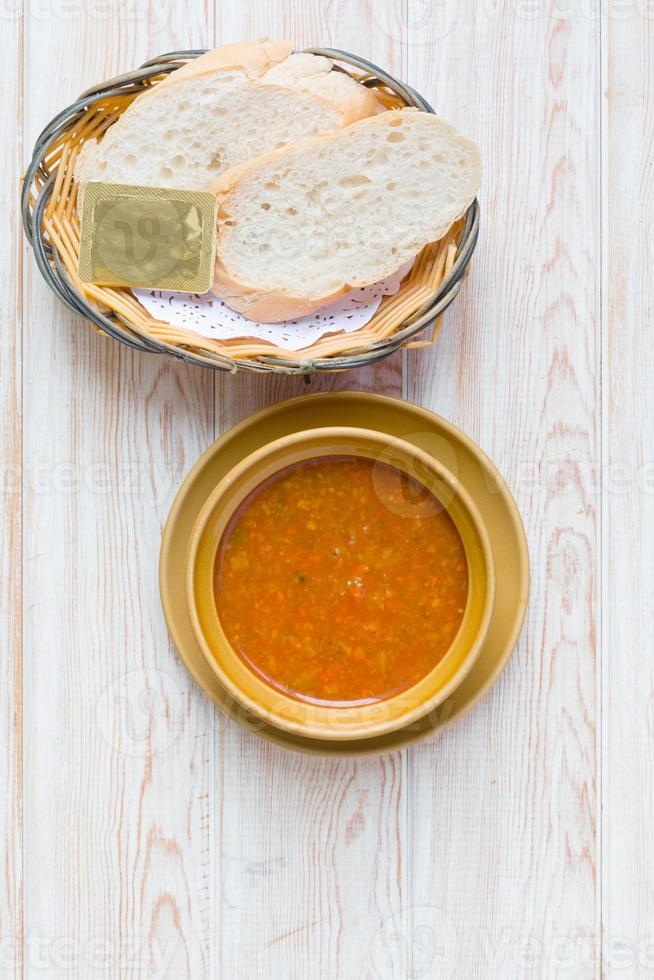 Schüssel Minestrone-Suppe mit Brot foto