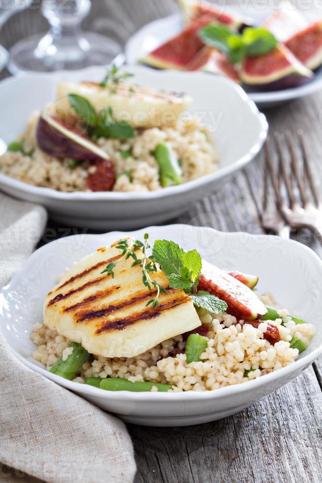 Couscous-Salat mit grünen Bohnen und Käse foto