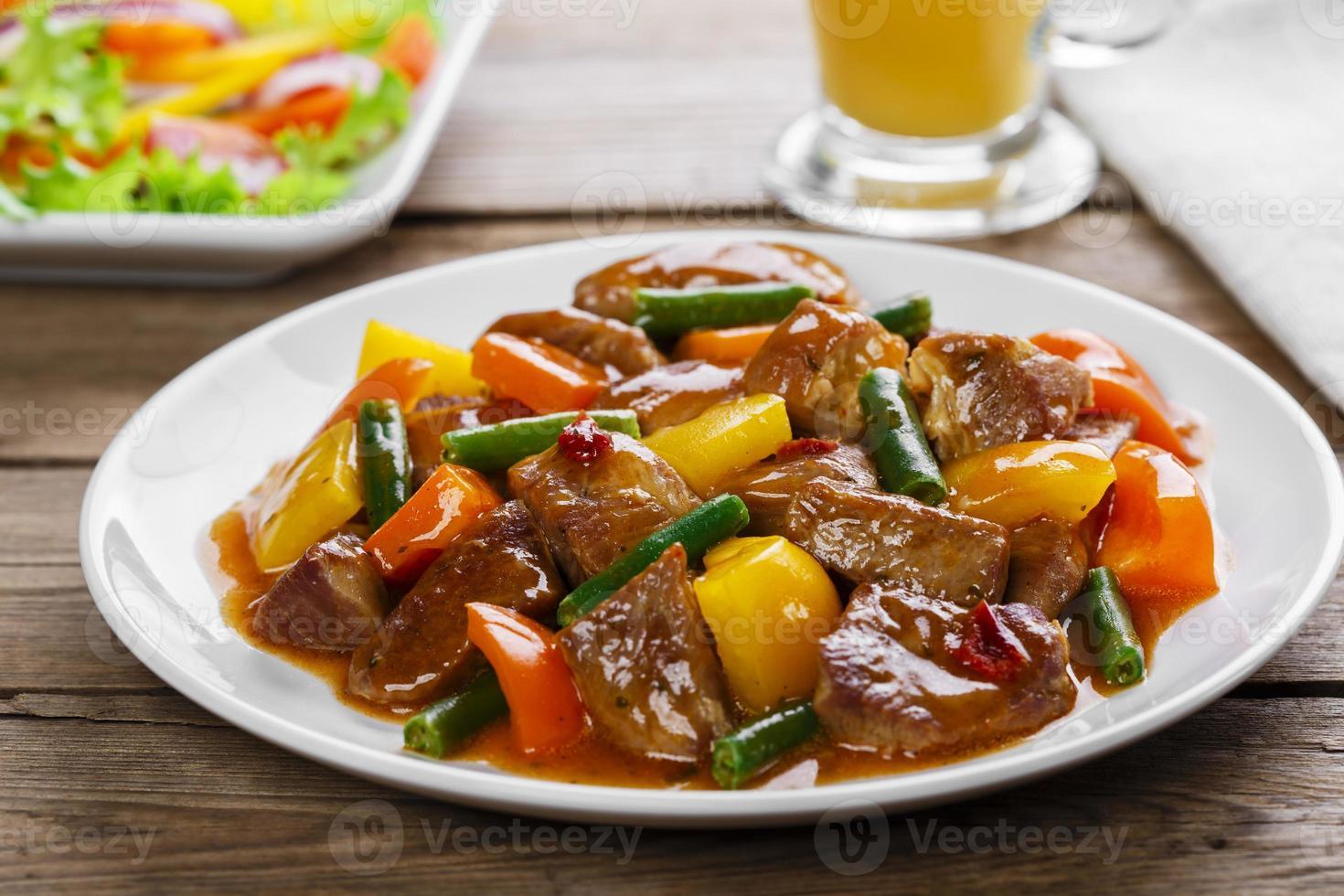 Rindfleischeintopf mit Paprika und grünen Bohnen foto