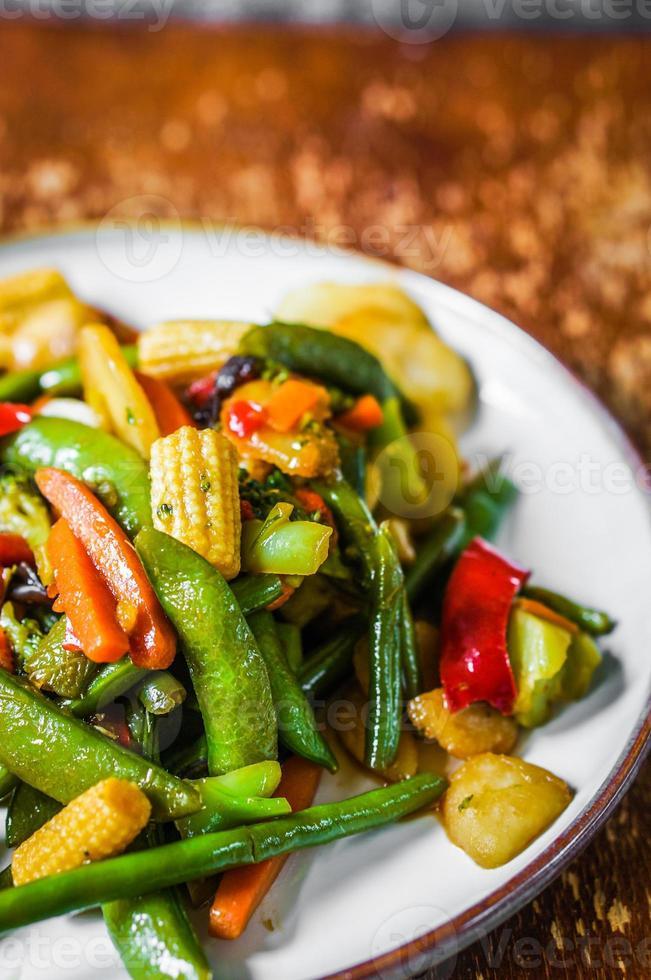gebackenes Gemüse auf rustikalem Hintergrund foto
