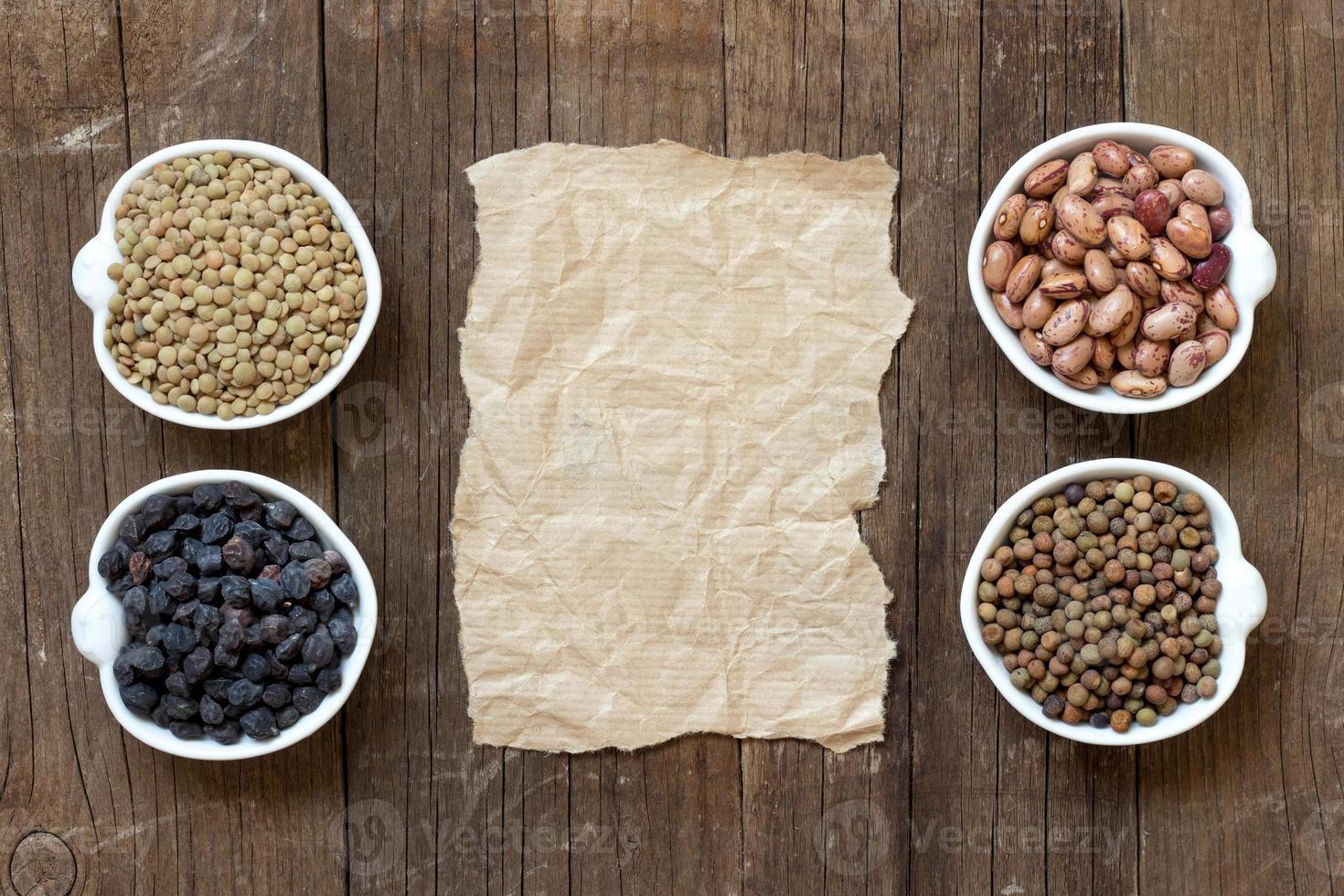 Sorte oder Hülsenfrüchte und Papier foto