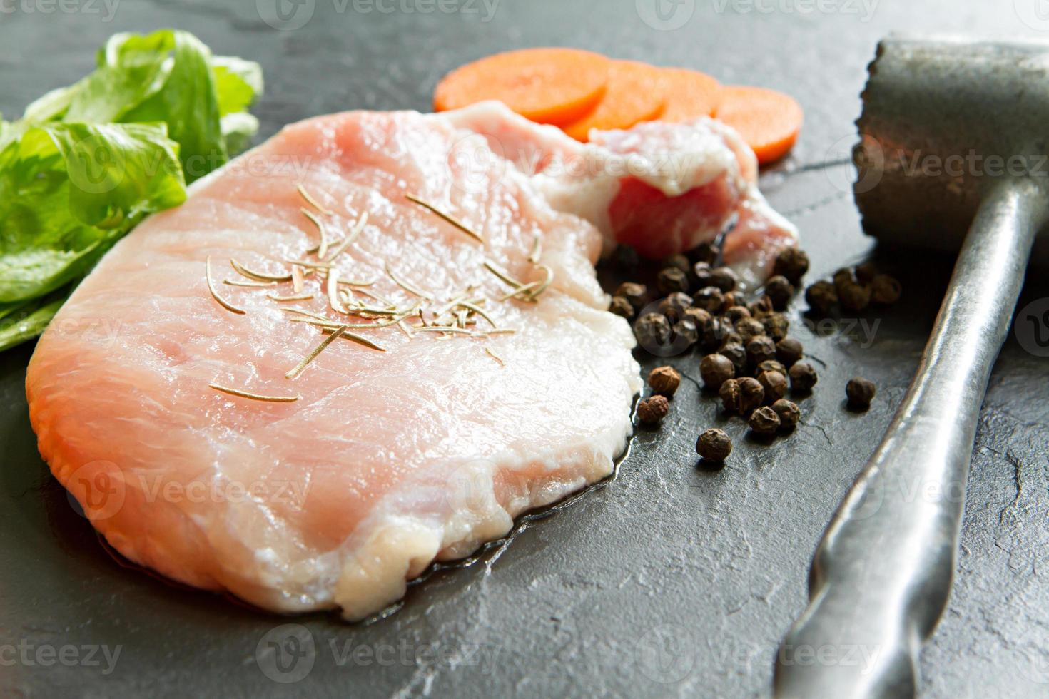 Schweinefleisch mit Pfeffer, Rosmarin, Karotte, Sellerie und Fleischhammer. foto